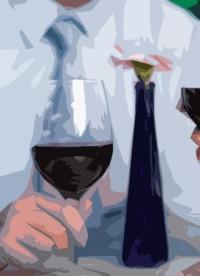 homme qui tient une bouteille de vin